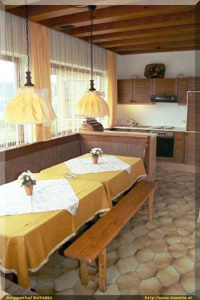 Ein eigenes bad mit dusche und wc sowie eine kleine kücheist ideal